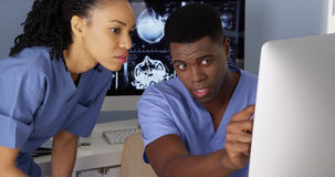 Especialistas médicos afro-americanos que usam computadores Fotos de Stock Royalty Free