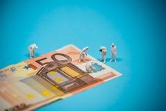 Especialistas que examinan el billete de banco del euro 50 Concepto del fraude Foto de archivo libre de regalías