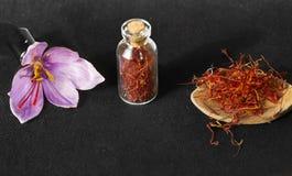 Especiaria do açafrão e flor secadas do açafrão Fotos de Stock Royalty Free