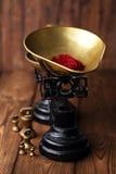 Especiaria do açafrão na bacia antiga da escala do ferro do vintage na tabela de madeira Imagem de Stock
