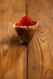 Especiaria do açafrão na bacia de madeira antiga no fundo de madeira velho, clo Fotografia de Stock Royalty Free