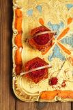 Especiaria do açafrão na bacia de vidro do vintage antigo, close up Foto de Stock Royalty Free