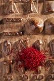 Especiaria do açafrão na pilha no fundo de madeira cinzelado Imagens de Stock
