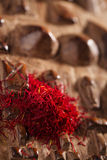Especiaria do açafrão na pilha no fundo de madeira cinzelado Fotografia de Stock