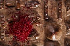 Especiaria do açafrão na pilha no fundo de madeira cinzelado Fotos de Stock Royalty Free