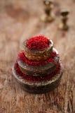 Especiaria do açafrão nos pesos antigos das bacias do ferro do vintage empilhados em w Fotos de Stock