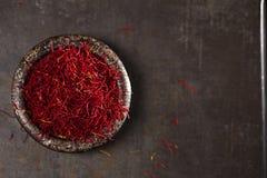 A especiaria do açafrão rosqueia e pó no prato do ferro do vintage Imagem de Stock Royalty Free