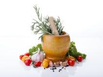 Especiaria e vegetais frescos no fundo branco Fotografia de Stock