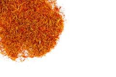 Especiaria encarnado exótica, açafrão para o alimento colorindo Fundo Especiaria secada do açafrão no fundo preto Pistilo orgânic Imagem de Stock Royalty Free