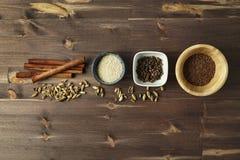 Especiaria misturada Cardamomo, canela, anis, pimenta da Jamaica, sementes de sésamo mim Fotografia de Stock Royalty Free