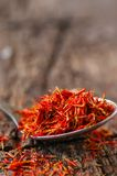 Especiaria secada do açafrão em uma colher Foto de Stock Royalty Free