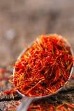 Especiaria secada do açafrão em uma colher Foto de Stock