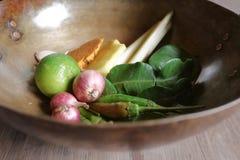 Especiarias asiáticas na bacia de bronze Foto de Stock Royalty Free