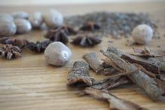 Especiarias colocadas na tabela de madeira Imagens de Stock