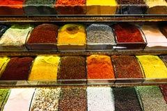 Especiarias coloridas em um bazar turco tradicional Especiarias para cozinhar Loja com especiarias Venda de especiarias orientais fotografia de stock