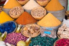 Especiarias coloridas indicadas em um mercado em C4marraquexe, Marrocos Fotografia de Stock