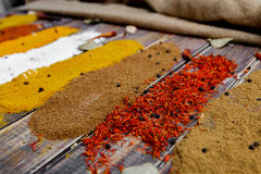 Especiarias coloridas na tabela Fotos de Stock