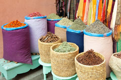 Especiarias coloridas nos sacos no mercado Imagens de Stock