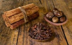 Especiarias do Natal na tabela de madeira foto de stock