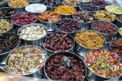 Especiarias e ervas diferentes em umas bacias do metal em um mercado de rua em Kolkata Imagem de Stock Royalty Free