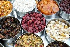 Especiarias e ervas diferentes em umas bacias do metal em um mercado de rua em Kolkata Foto de Stock Royalty Free