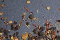 Especiarias e ervas em um fundo escuro Imagem de Stock Royalty Free