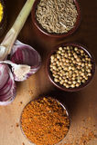 Especiarias e ervas em umas bacias cerâmicas Ingredientes do alimento e da culinária Fotografia de Stock Royalty Free