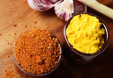 Especiarias e ervas em umas bacias cerâmicas Ingredientes do alimento e da culinária Foto de Stock