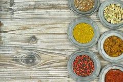 Especiarias e ervas em umas bacias do metal Ingredientes do alimento e da culinária Foto de Stock Royalty Free