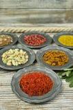 Especiarias e ervas em umas bacias do metal Ingredientes do alimento e da culinária Imagem de Stock