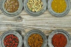 Especiarias e ervas em umas bacias do metal Ingredientes do alimento e da culinária Fotos de Stock Royalty Free