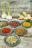 Especiarias e ervas em umas bacias do metal Ingredientes do alimento e da culinária Imagem de Stock Royalty Free