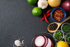 Especiarias e ingredientes de alimento no fundo da ardósia Imagem de Stock Royalty Free