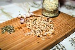 Especiarias e nozes desbastadas na placa de madeira foto de stock royalty free
