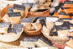 Especiarias em sacos e em cestas pequenos Imagens de Stock
