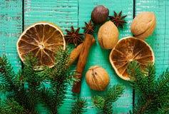 Especiarias em um fundo de madeira Fundo do Natal Fotografia de Stock