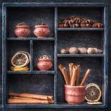 Especiarias em uma bandeja de madeira. Colagem. Fotos de Stock Royalty Free