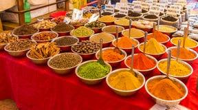 Especiarias indianas na exposição fotografia de stock royalty free