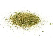 Especiarias misturadas no fundo branco Alho, erva-doce, cenouras, manjericão, aipo, salsa, manjerona, cebola Fotos de Stock