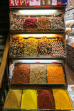 Especiarias na mostra no bazar grande em Istambul, Turquia Foto de Stock