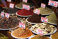 Especiarias no indicador através de um indicador da loja em Veneza Imagens de Stock