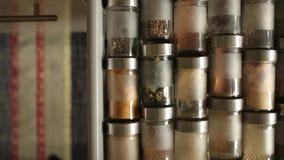Especiarias nos frascos de vidro vídeos de arquivo