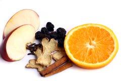 Especiarias para a bebida quente do inverno: canela, gengibre, rai Foto de Stock
