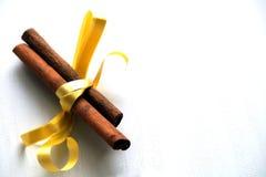 Especiarias para o vinho ferventado com especiarias, canela com fita amarela Imagens de Stock Royalty Free