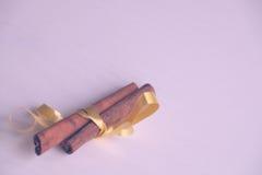 Especiarias para o vinho ferventado com especiarias, canela com fita amarela Fotos de Stock Royalty Free