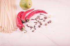 Especiarias, pimenta de piment?o e espaguetes/especiarias, pimenta de piment?o e espaguetes em um fundo branco toned imagem de stock royalty free