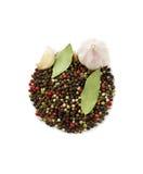 Especias: ajo, granos de pimienta, hoja de laurel aislada foto de archivo
