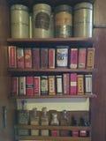 Especias antiguas en el estante de especia fotos de archivo