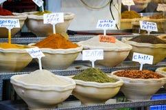 Especias auténticas Zatar, chile, paprika, papper blanco, especia de los pescados en la tienda Jerusalén Israel de la especia Imagen de archivo libre de regalías