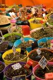 Especias coloreadas en el mercado Foto de archivo